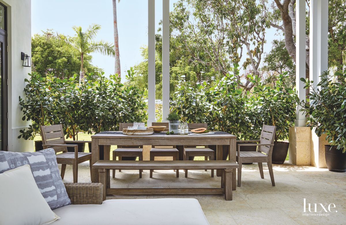 Landscape Design Adds Privacy to Miami Home's Outdoor Dining Room