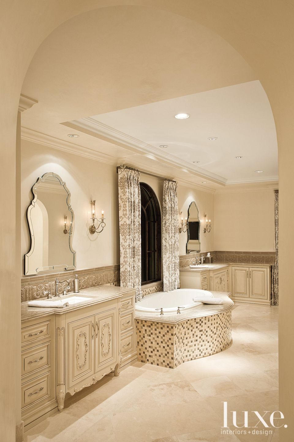 Traditional Neutral Bathroom with Sandy-Toned Mosaic