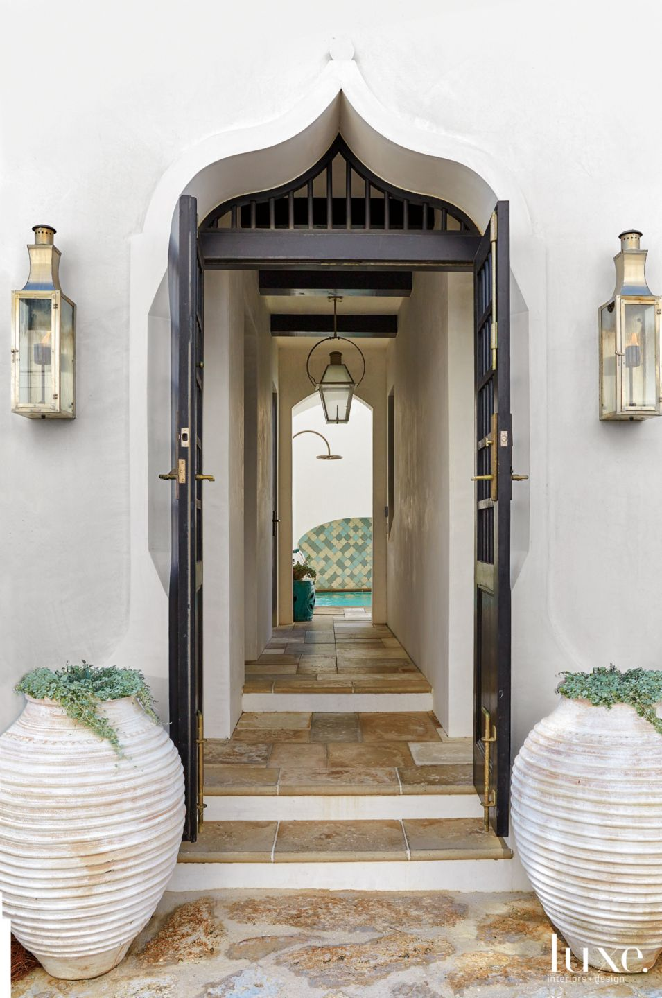 Modern White Entry with Black Arched Stucco Doorway