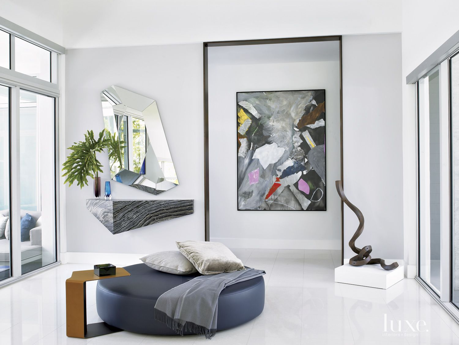 Modern White Gallery-Like Entry