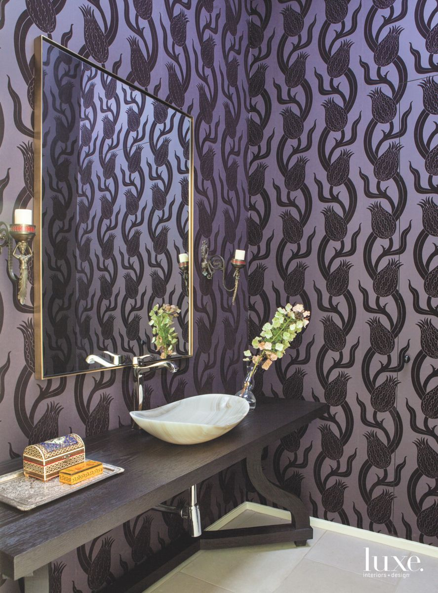 A Stand-Out Powder Room